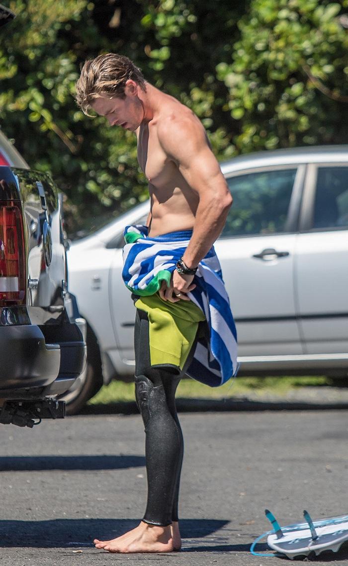 Chris Hemsworth é clicado trocando de roupa após surfar. Boy magia total!